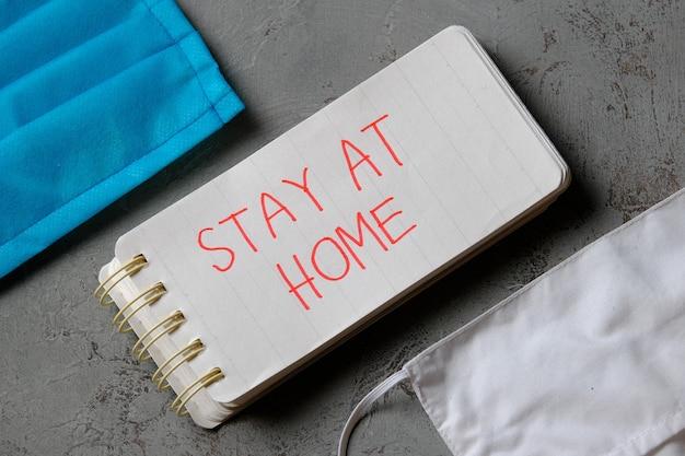 Restez à la maison devis sur petit carnet. le concept de soins de santé et médical au milieu d'une pandémie de virus corona
