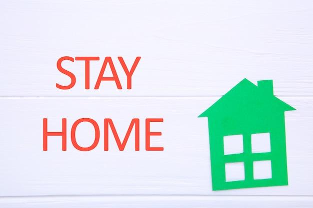 Restez à la maison pour réduire le risque d'infection et de propagation du virus. sauvez la planète du virus corona. restez en sécurité, restez à l'intérieur de la maison. composition