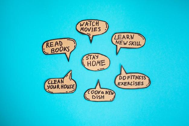 Restez à la maison en quarantaine. que faire pendant l'isolement: lire des livres, regarder des films, acquérir de nouvelles compétences, faire des exercices de fitness, cuisiner un nouveau plat, nettoyer votre maison. restez en sécurité à la maison.