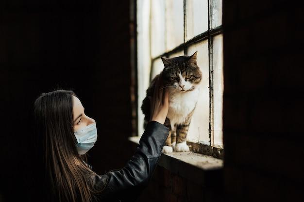 Restez en sécurité enfermé en quarantaine avec des animaux domestiques. restez à la maison, quarantaine à domicile