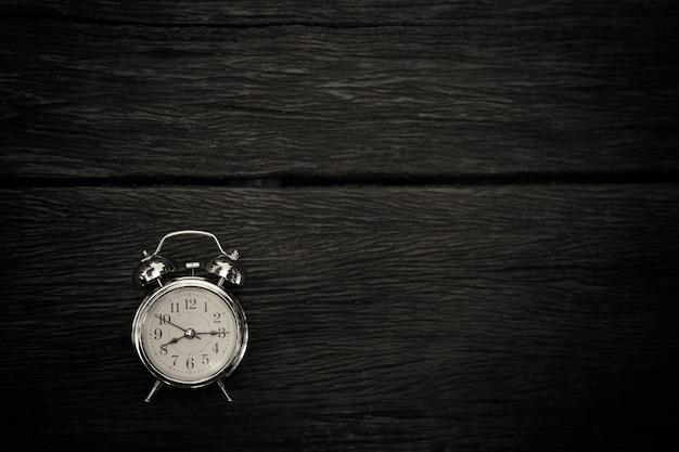 Restro réveil sur vieux tabel en bois