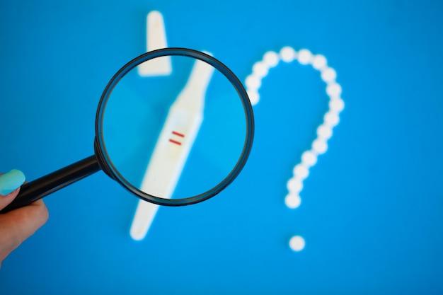 Le résultat est positif. concept de contrôle des naissances de pilules contraceptives et test de grossesse