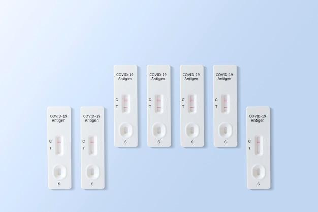 Résultat de test positif et négatif de covid-19 avec le kit de test d'antigène rapide sars cov-2 (atk), concept de protection infectieuse du coronavirus