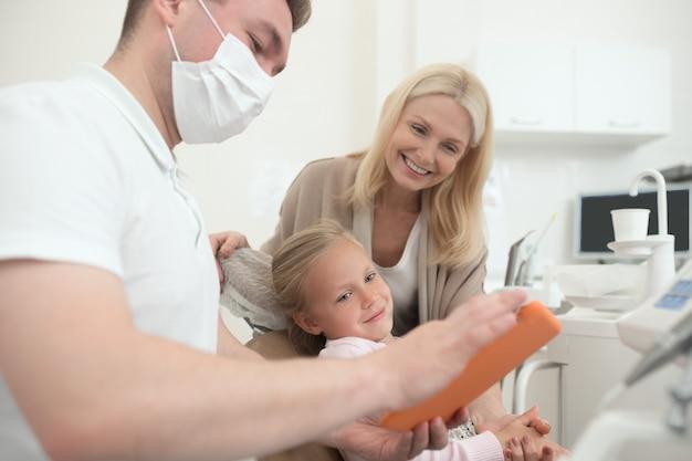 Résultats de la radiographie. un médecin de sexe masculin expliquant les résultats de la radiographie à la maman des enfants