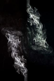 Un résumé artistique de fumée blanche en arrière-plan