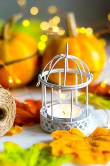 Résumé d'automne nature morte avec mini citrouilles décoratives avec des feuilles séchées d'automne