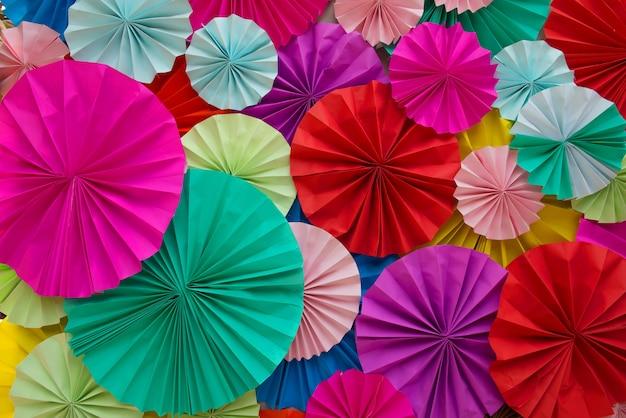 Résumé de belles bandes de filigrane de papier coloré pliées pour le fond