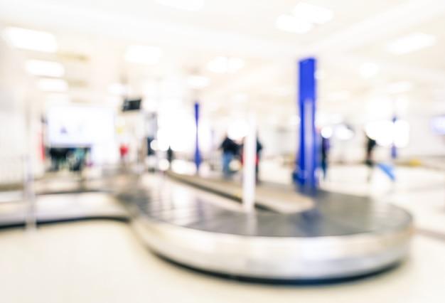 Résumé bokeh du tapis roulant dans la zone du secteur de récupération des bagages