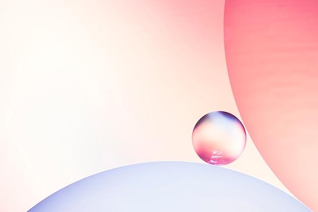 Résumé des bulles d'air dans l'eau sur l'arrière-plan flou varicolored