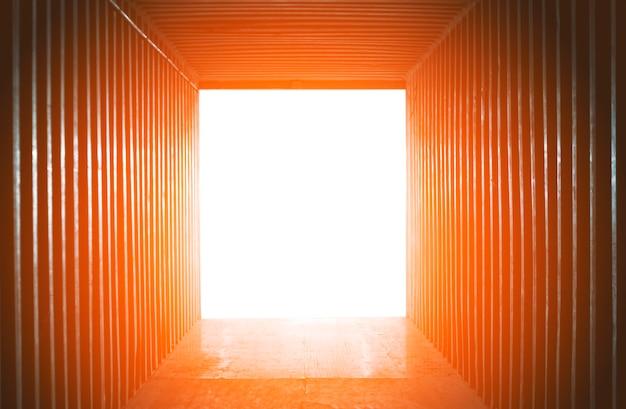 Résumé contexte le conteneur de fret d'expédition à l'intérieur avec la lumière des rayons du soleil