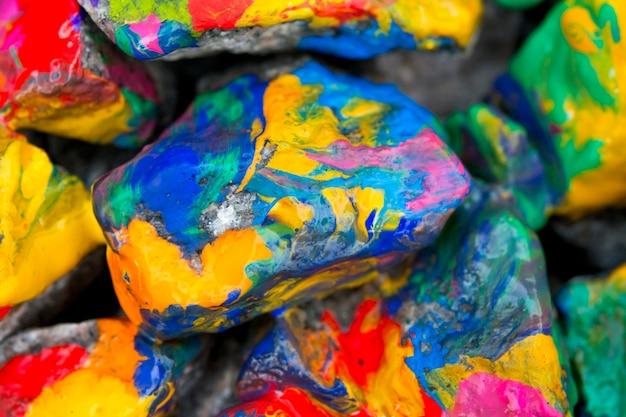 Résumé contexte pierres de couleurs vives avec de la peinture, bizarre d'étaler la peinture sur la surface