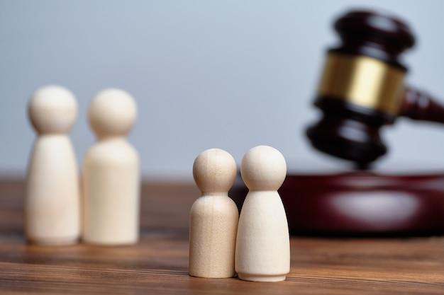 Résumé des enfants et des parents à côté du marteau du juge