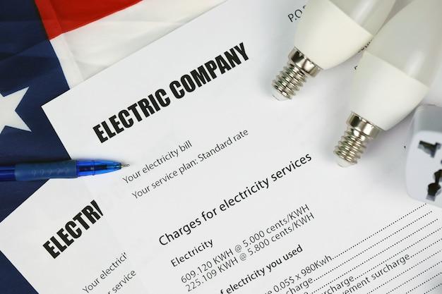 Résumé de la facture d'électricité américaine. concept d'économiser de l'argent en utilisant des ampoules led d'économie d'énergie et facture de paiement de facture électrique