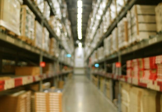 Résumé floue des énormes étagères de stockage d'entrepôt pleines de marchandises