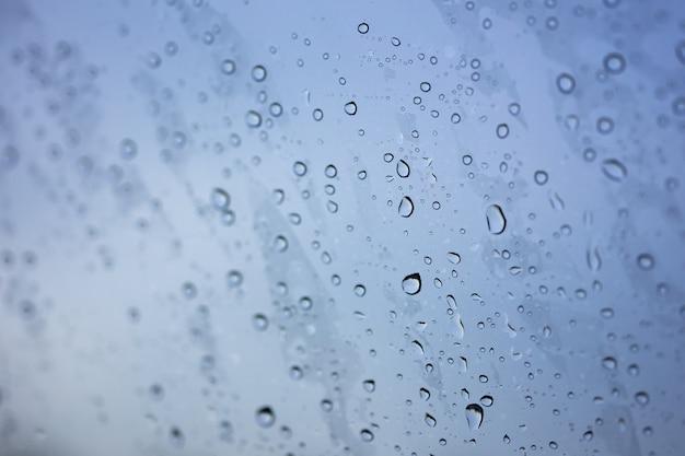 Résumé floue la pluie alors que la voiture est au milieu de la route la nuit