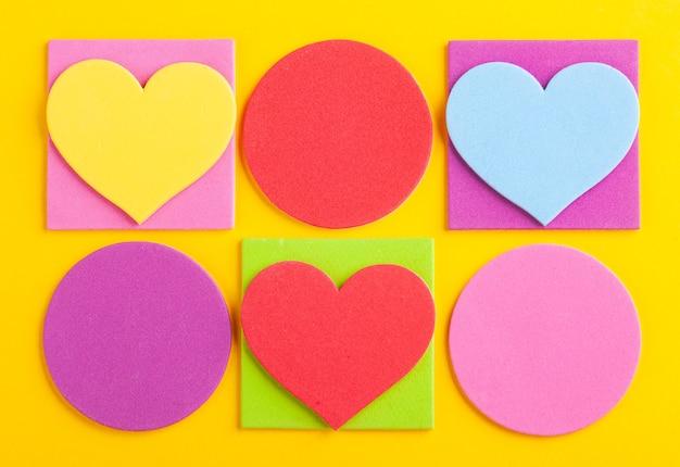Résumé fond clair de figures géométriques colorées, découpées dans du papier jaune