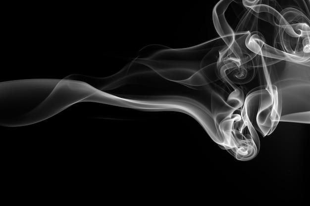 Résumé de fumée blanche sur fond noir. conception du feu