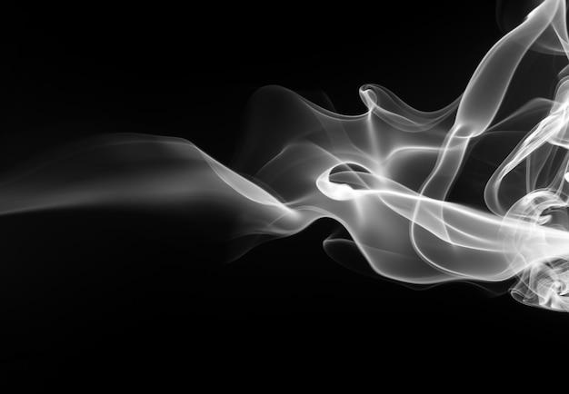 Résumé de fumée blanche sur fond noir, conception de feu