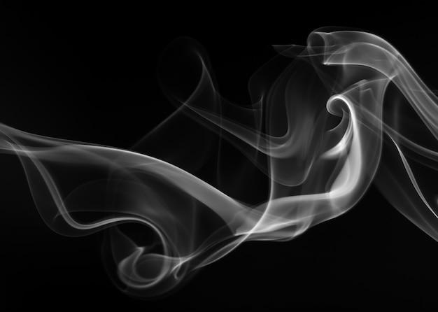 Résumé de fumée blanche sur fond noir