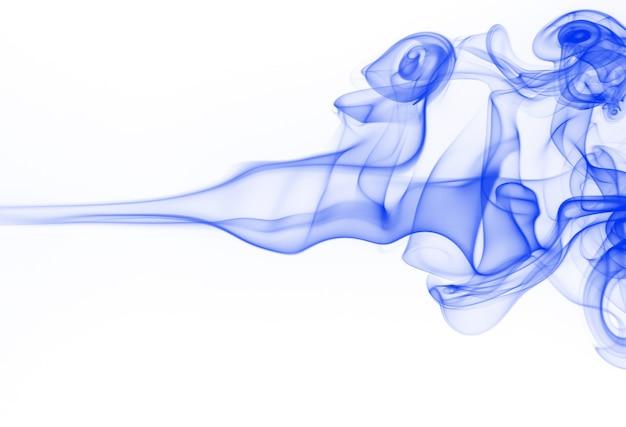 Résumé de fumée bleue sur fond blanc, eau d'encre