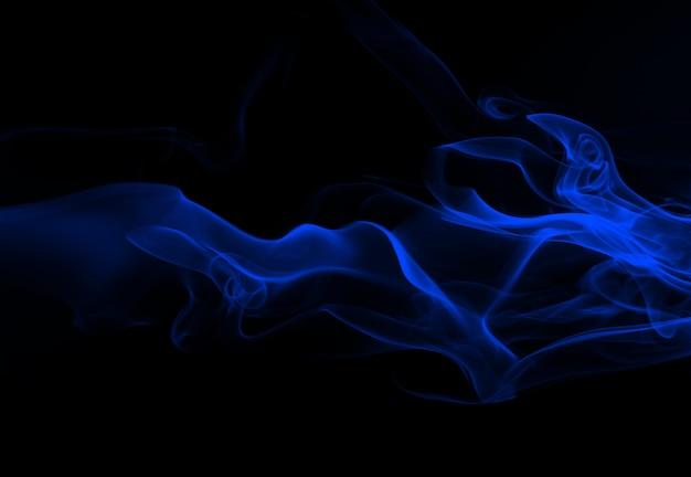 Résumé de fumée bleue sur fond noir, gaz toxique, concept d'obscurité