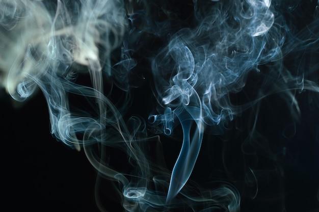 Résumé de la fumée sur fond noir