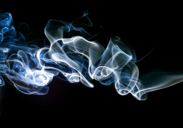 Résumé de fumée de gaz sur fond noir. conception du feu