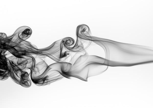 Résumé de fumée noire toxique sur fond blanc, conception de feu