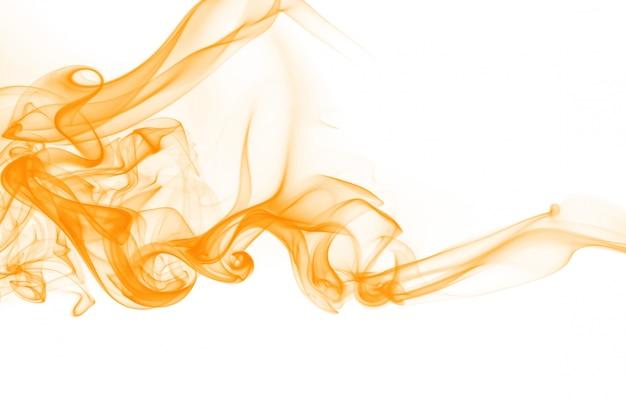Résumé de fumée orange sur fond blanc. couleur de l'eau d'encre jaune