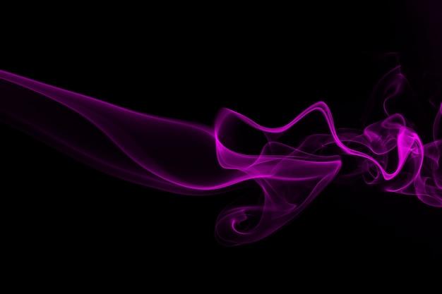 Résumé de la fumée pourpre sur le concept de fond noir et l'obscurité
