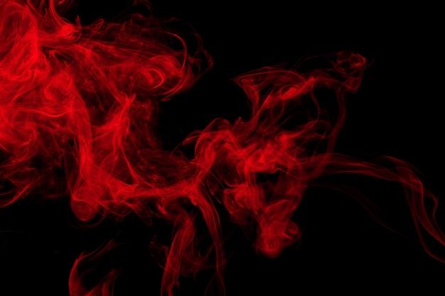 Résumé de fumée rouge sur fond noir, conception de feu