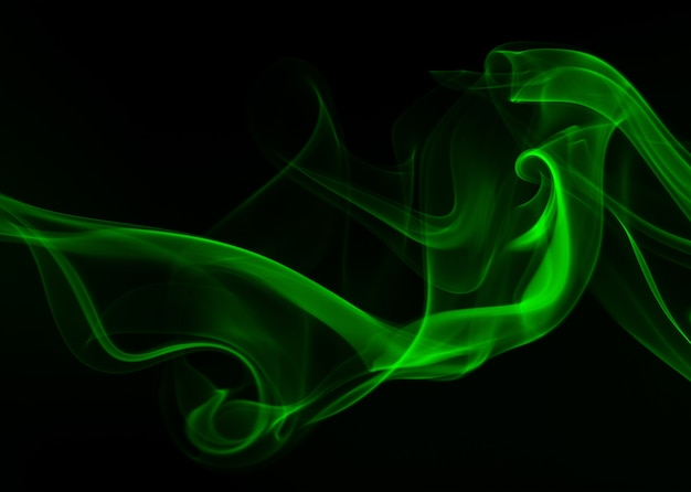 Résumé de fumée verte sur fond noir, concept de noirceur