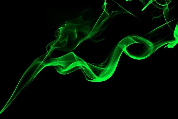 Résumé de fumée verte sur fond noir