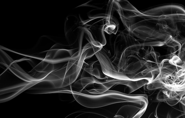 Résumé de mouvement de fumée blanche sur fond noir, conception de feu