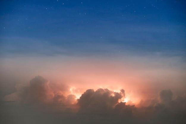 Résumé nuage sombre la nuit avec coup de tonnerre forte tempête apportant le tonnerre et les éclairs