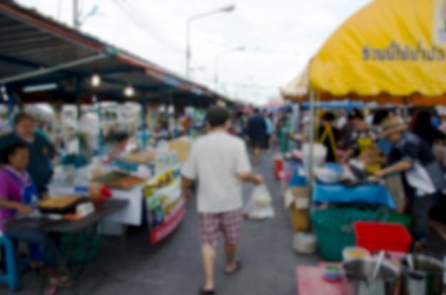 Résumé personnes floues marchant sur le marché.