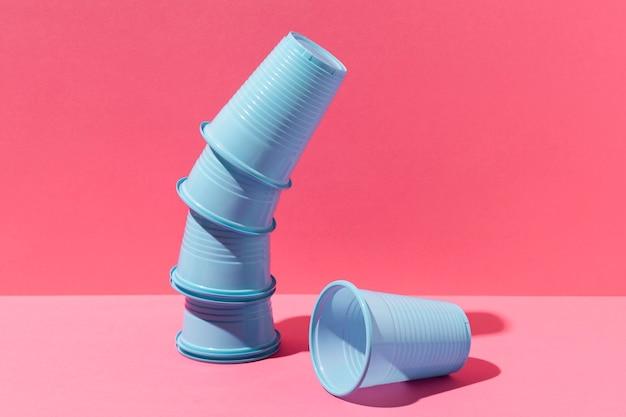 Résumé pile de gobelets en plastique bleu