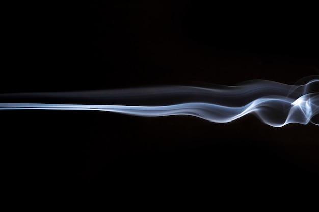 Résumé de tourbillons de fumée blanche sur fond noir