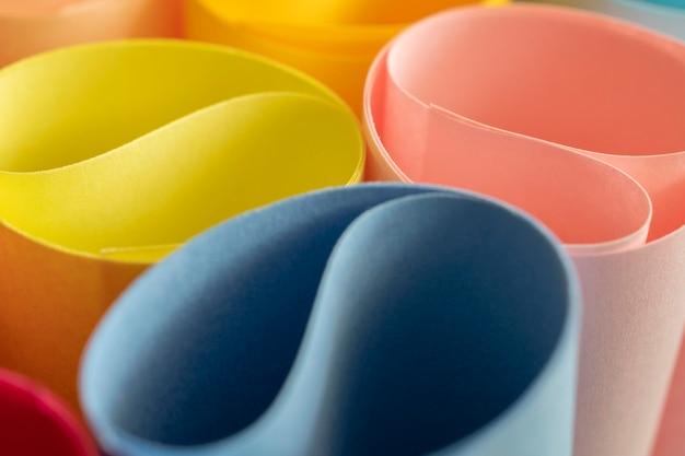Résumé des tourbillons de papiers colorés