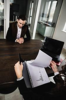 Résumer les résultats du travail des employés analyser les résultats promotion et licenciement