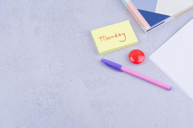 Retour au concept de l'école avec des blocs-notes écrivant le jour de la semaine.
