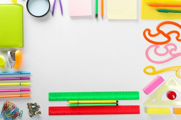 Retour au concept de l'école. cadre de concept coloré sur blanc