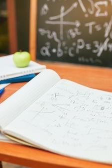 Retour au concept de l'école, cahier avec notes, commission scolaire, université, collège