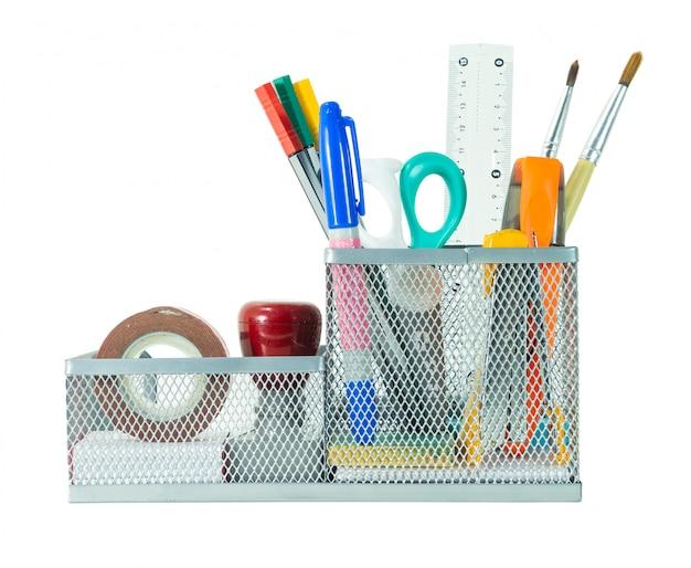 Retour au concept d'école. crayon, stylo et fournitures dans le support sur un tracé de détourage isolé fond blanc