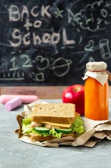 Retour au concept de l'école. déjeuner sain à l'école sur tableau noir
