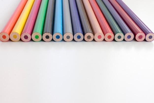 Retour au concept d'école. ensemble de crayons multicolores sur fond blanc.