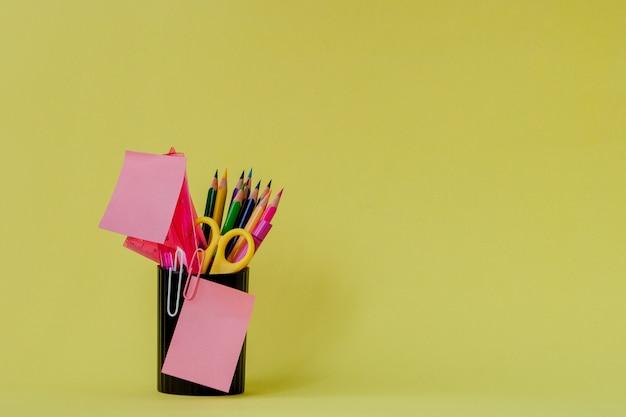 Retour au concept de l'école avec un espace pour le texte. copiez l'espace. fournitures de bureau scolaire.bureau créatif avec papeterie colorée.