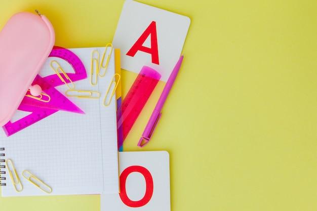 Retour au concept de l'école avec un espace pour le texte. vue de dessus. copiez l'espace. fournitures de bureau scolaire.bureau créatif avec papeterie colorée.
