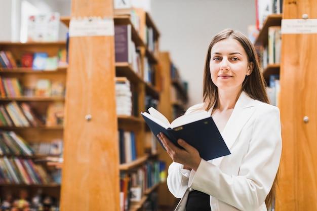 Retour au concept d'école avec une femme étudiant en bibliothèque