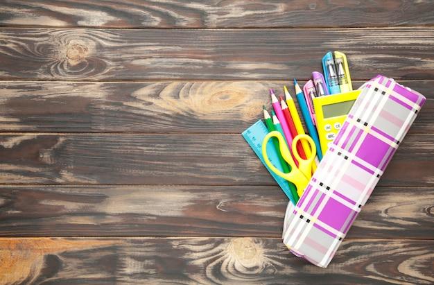Retour au concept de l'école sur un fond en bois marron. vue de dessus